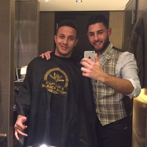 Fußballer Thiago Alcántara zusammen mit Besitzer Ahmed Al Musawi im Hyatt Regency Düsseldorf
