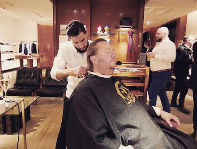 Louis Vuitton Rent a Barber - Captain's Barber Shop Herrenfriseur bei der Arbeit Düsseldorf