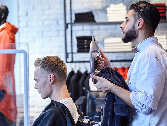strellson Rent a Barber - Captain's Barber Shop Herrenfriseur bei der Arbeit Düsseldorf